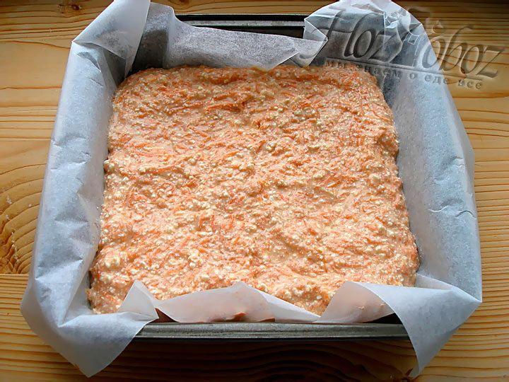 Выкладываем тесто в форму устеленную бумагой для выпечки