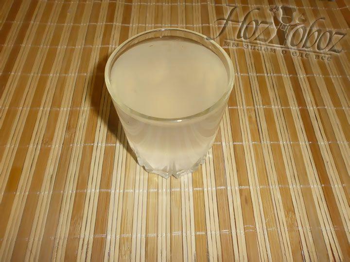 Около пол литра воды с макарон слейте в отдельную посудину, она нам потом понадобится