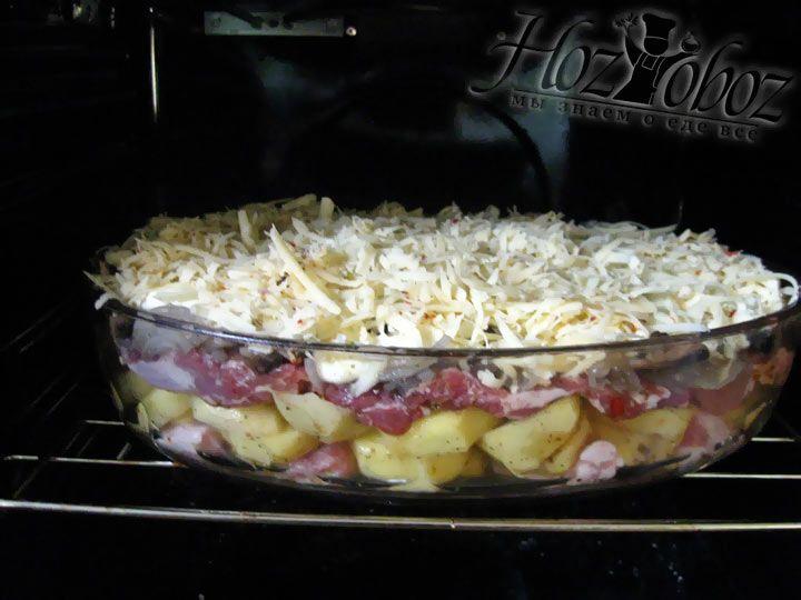 Что бы наша свинина по-французски была больше похожа на цельное блюдо, а не смесь ингредиентов, сверху потрем твердый сыр