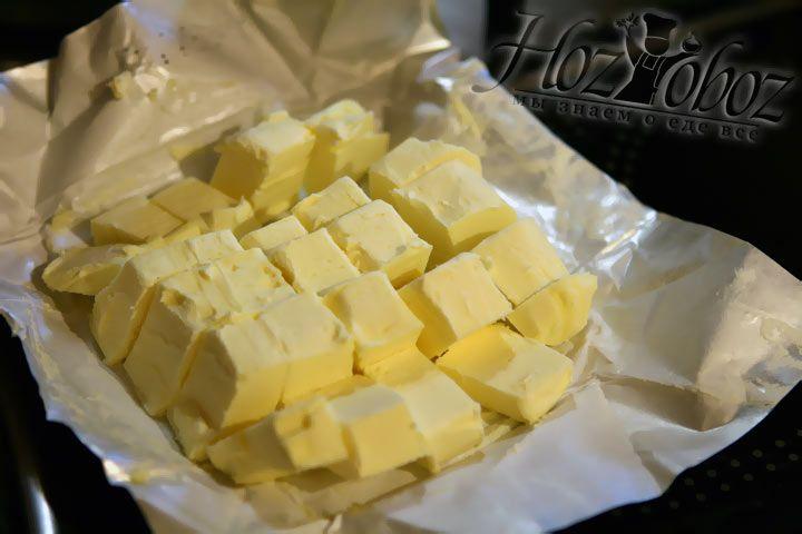 Нарежьте кубиками сливочное масло. Не спешите выкидывать упаковку