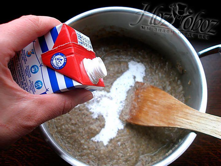 Грибгной суп почти готов, нужно лишь влить в него сливки и довести до кипения