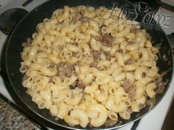 Пришло время смешать макароны с мясом, сделайте это в том же казане, в котором обжаривали фарш