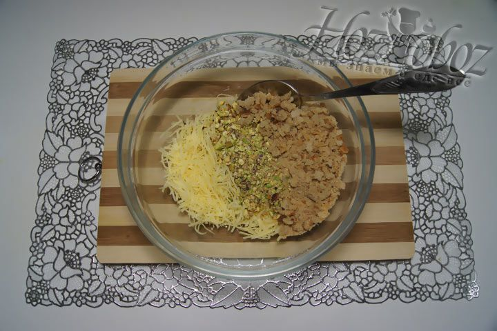 Соединяем кусочки сухариков с фисташками и сыром