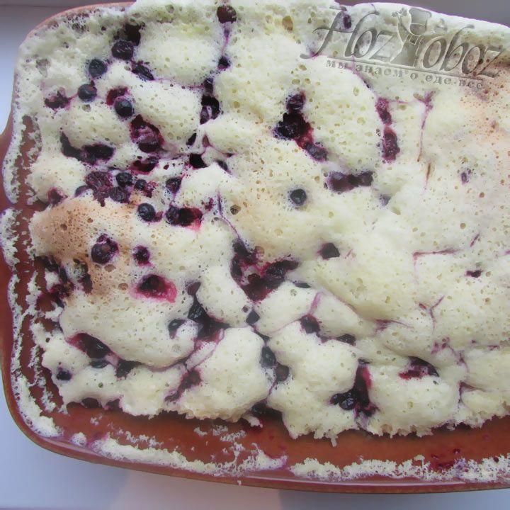 Спустя 20 минут достаем яблочную шарлотку из микроволновой печи и наслаждаемся десертом