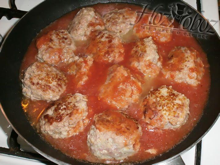 Когда тефтели обжарены, их необходимо просто залить томатным соком