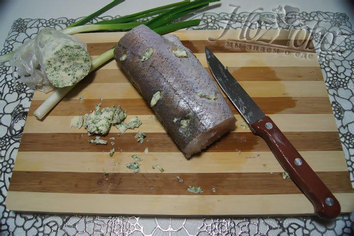 Маслянными кусочками следует начинить рыбу, вкладывая их в надрезы в тушке. Таких отверстий необходимо как можно больше, чтобы рыба получилась сочнее