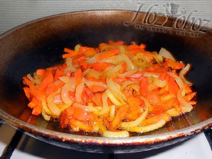 крупно нарежьте лук и морковь, затем обжарьте в масле