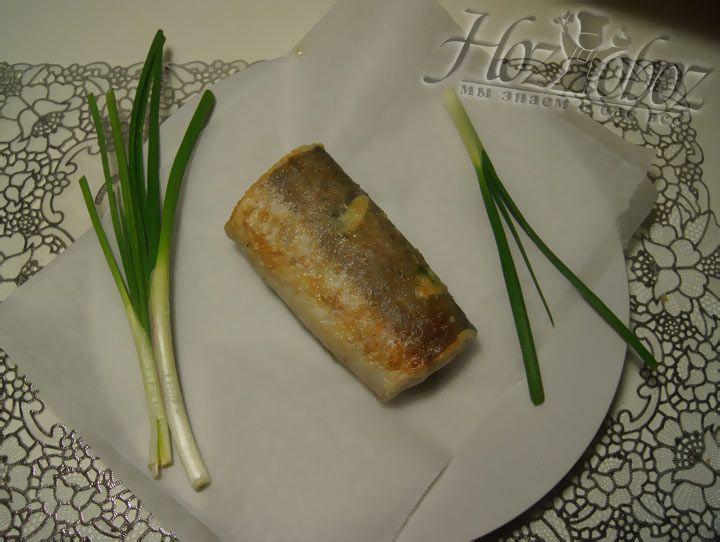 Но рыба должна только прихватиться, а внутри остаться сырой. После обжаривания тушку следует переложить на пергамент и дать остыть