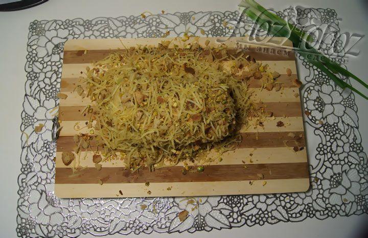 Затем обваливаем панировкой из фисташек, сухарей и сыра