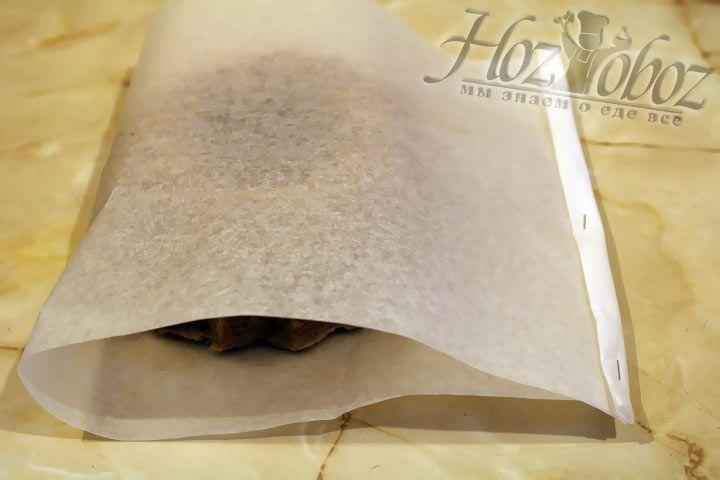 Сформируйте своего рода трубу из пергамента, использую степлер