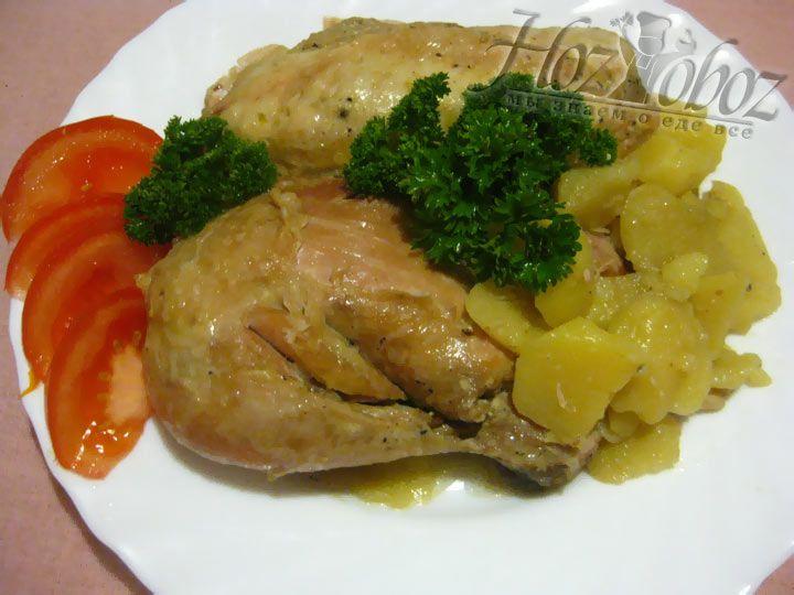 Подавайте курицу с картофелем, разделив на порции