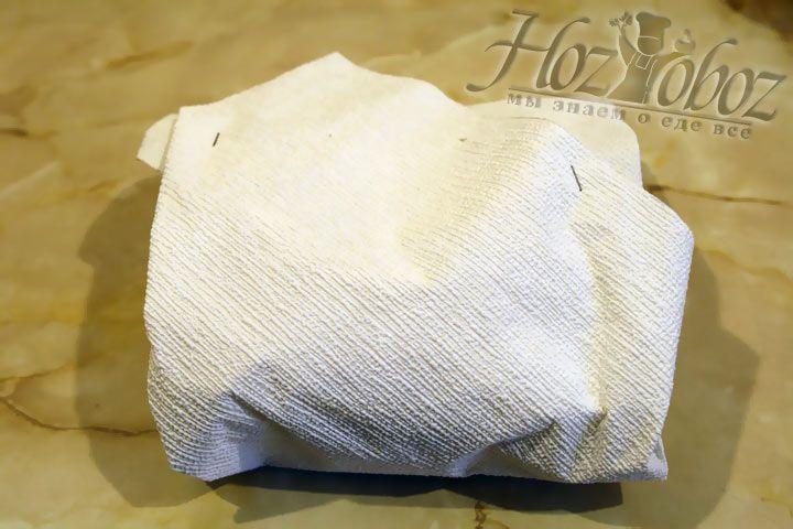 Заверните полученный конверт с пудингов в красивую упаковочную бумагу или ткань
