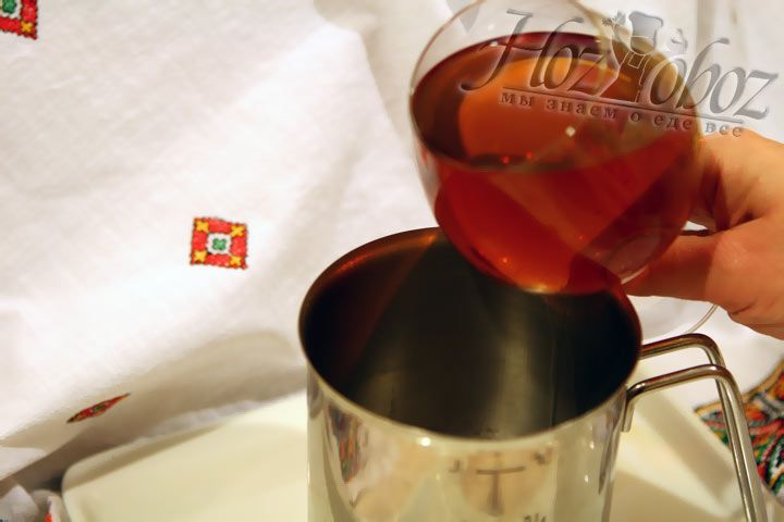 Налете виски (или бурбон) в металлическую емкость