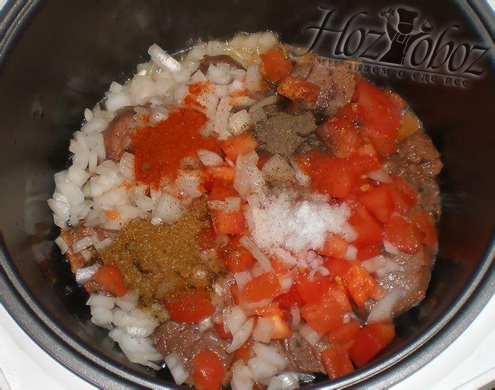 Лук с помидорами добавляем в мультиварку к барание, затем добавляем соль и специи
