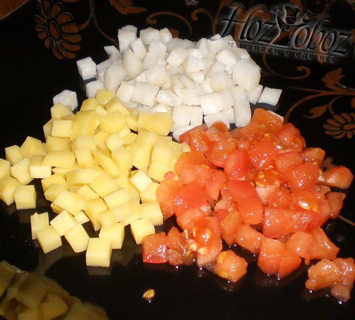 Картофель, редьку и обжаренные помидоры следует нарезать кубиками