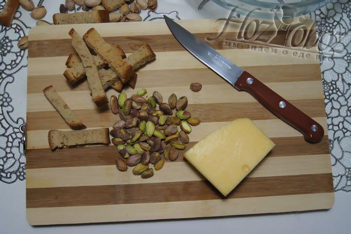Для панировки подготовим фисташки, сыр и сухарики