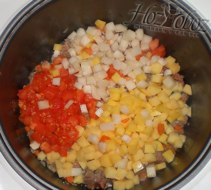 Нарезанные овощи добавляем к мясу в мультиварку и все тщательно перемешиваем