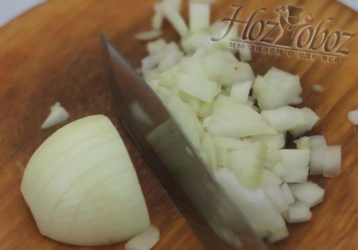 Последним овощем для зеленого борща будет лук, его так же нужно нарезать кубиками