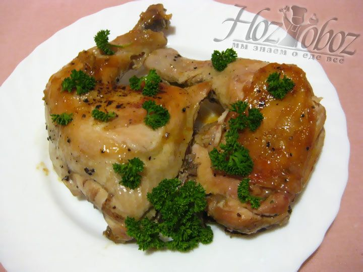 Подавая на стол, не забудьте украсить курицу