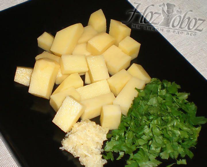Нарежьте картошку кубиками, надавите чеснок и измельчите петрушку