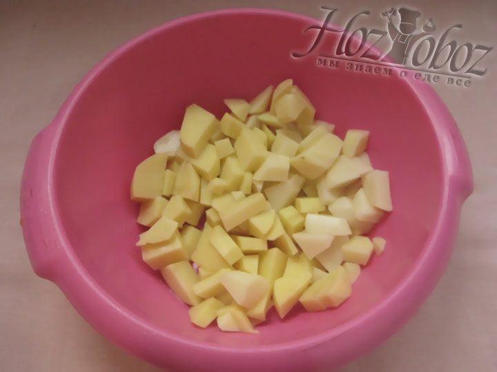 Нарезаем кубиками почищенную картошку