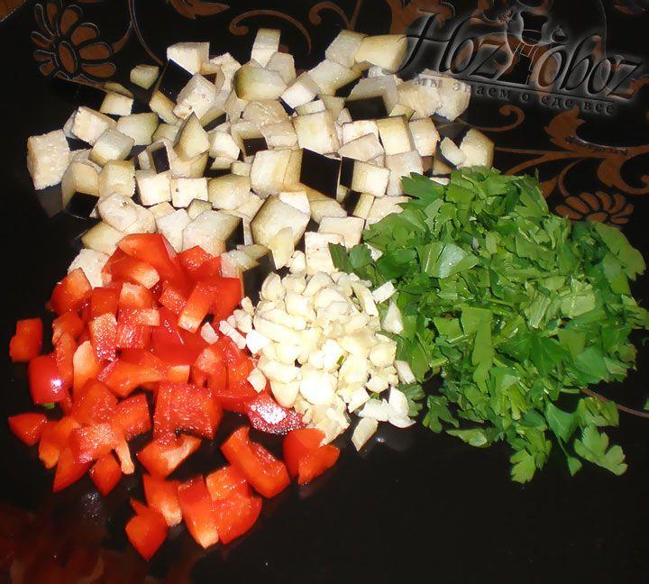 Займемся остальными ингредиентами: нарежем баклажаны, болгарский перец, а также чеснок и целый пучок петрушки
