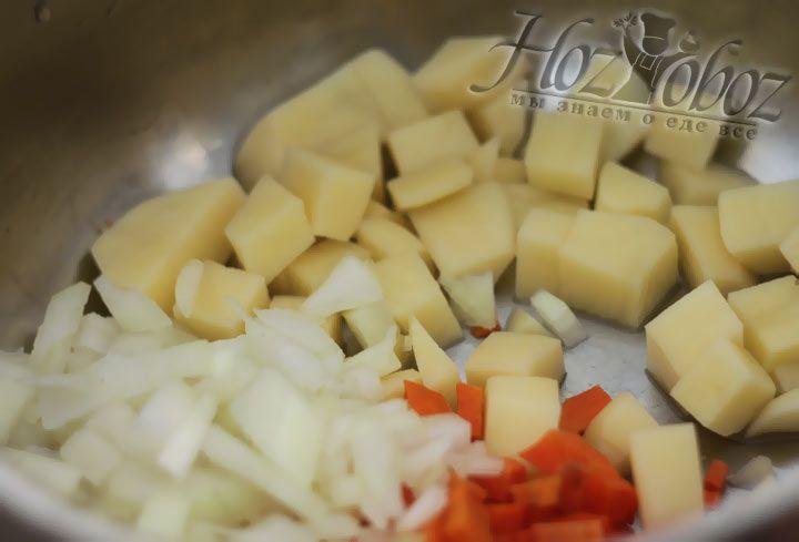 Сложите всю овощную нарезку в кастрюлю и налейте в нее воду