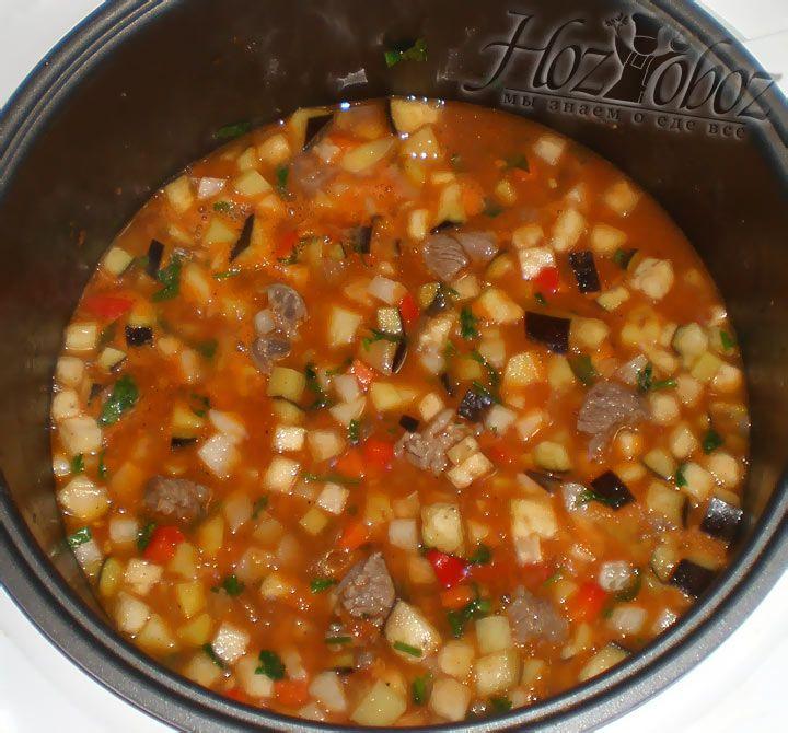 Теперь режим приготовления меняем на «Тушение», накрываем блюдо крышкой и готовим примерно час с небольшим