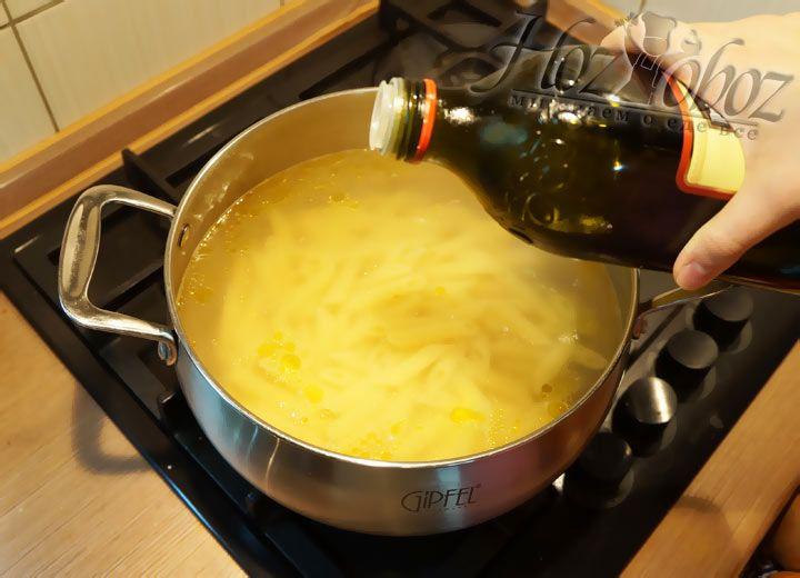 В воду доливаем немного оливкового масла, как это предусмотрено рецептом. Варят пенне после кипения, обычно, около 12 минут на небольшом огне