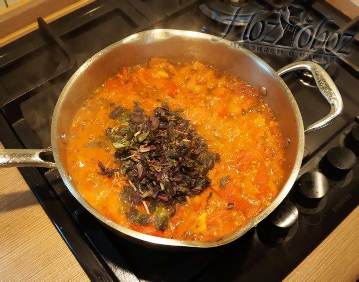 Теперь, когда соус потушился 5 минут, пришло время добавить базилик