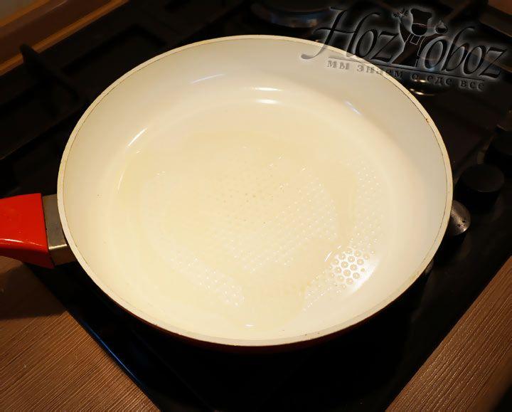 Разогреваем сковороду с ложкой растительного масла
