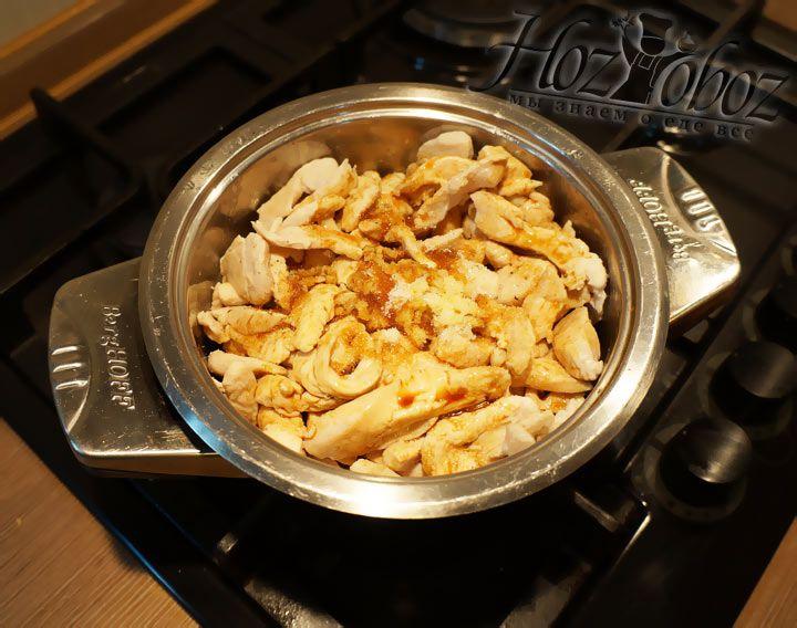 Подошло время добавлять в курицу один из главных ингредиентов - соевый соус