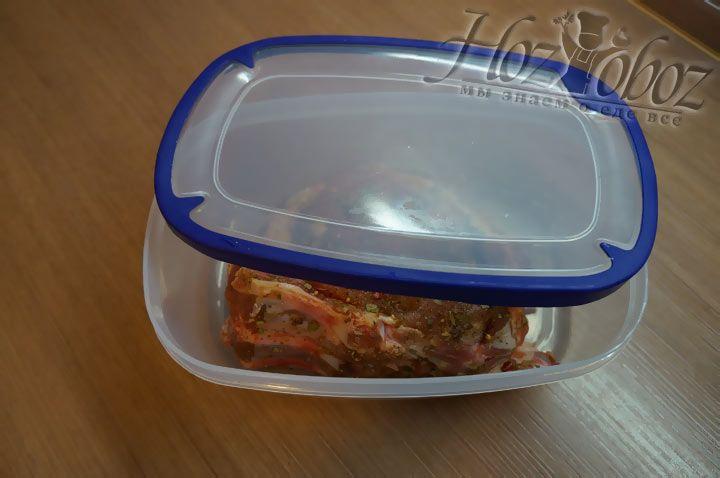Смазанное смесью специй мясо необходимо положить в миску или лоток с крышкой и оставить мариновать на 10 часов и больше