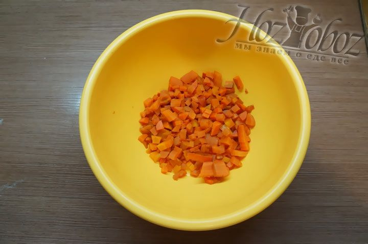 Даем моркови остыть, нарезаем ее средними кубиками и высыпаем в пластиковую миску