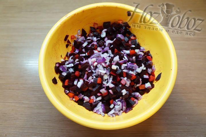 Теперь готовим сладкий лук. Его необходимо очистить от кожуры, затем нарезать мелкими кубиками и тоже добавить в салат