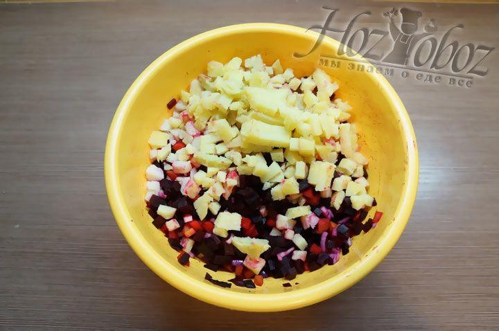 Печеный картофель необходимо остудить, очистить от кожуры и нарезать такими же кубиками, как остальные овощи
