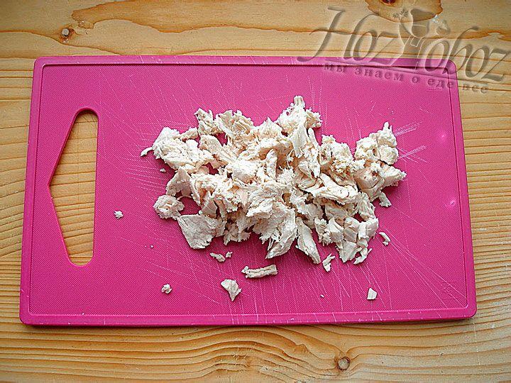 Отвариваем куриное филе и нарезаем кусочками