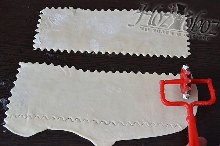 Каждый кусочек раскатаем в тонкую лепешку и с помощью  специального  ножа нарезаем широкими лентами размером 10смХ25см