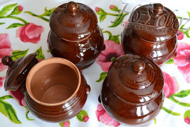 Керамические горшочки для запекания замачиваем в воде на 20 минут.