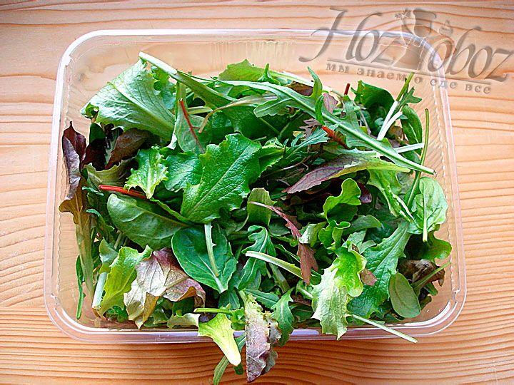 Моем и просушиваем любой листовой зеленный салат и выкладывеам в миску. Отдайте предпочтение сортам с сочными и мягкими листьями