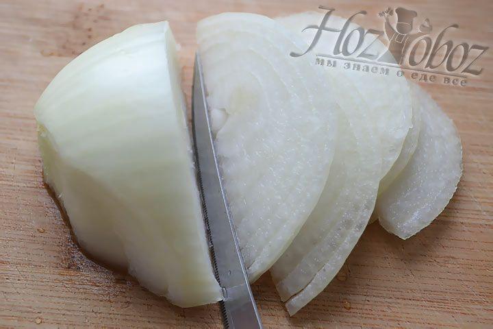 Уже отлежавшийся в воде лук необходимо нарезать тонкими полукольцами и поместить в глубокую миску