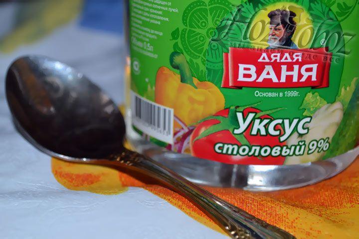 Для маринада используем чайную ложку уксуса и стакан холодной воды
