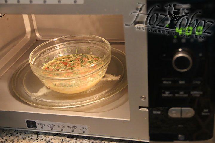 После помещаем миску в микроволновую печь и готовим около 4 минут