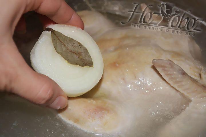Берем небольшую головку репчатого лука, очищаем и для аромата кладем в бульон вместе с лавровыми листами