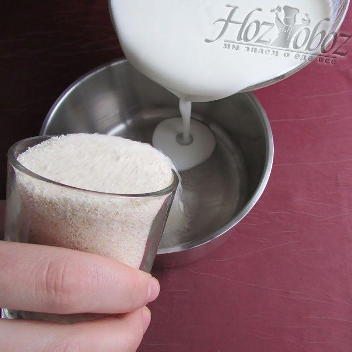 В глубокой посуде смешиваем кефир и манную крупу