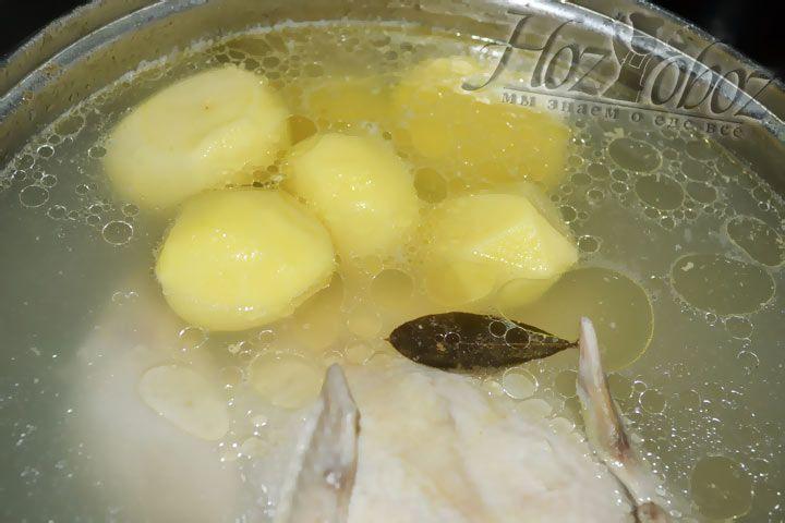 Теперь вынимаем из воды замоченный картофель и оправляем его в бульон к курице и луку