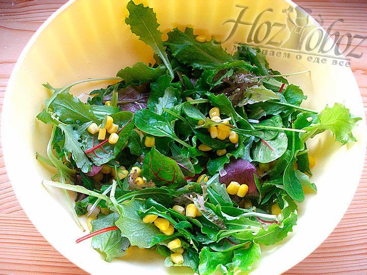 К листьям салата добавим консервированную кукурузу