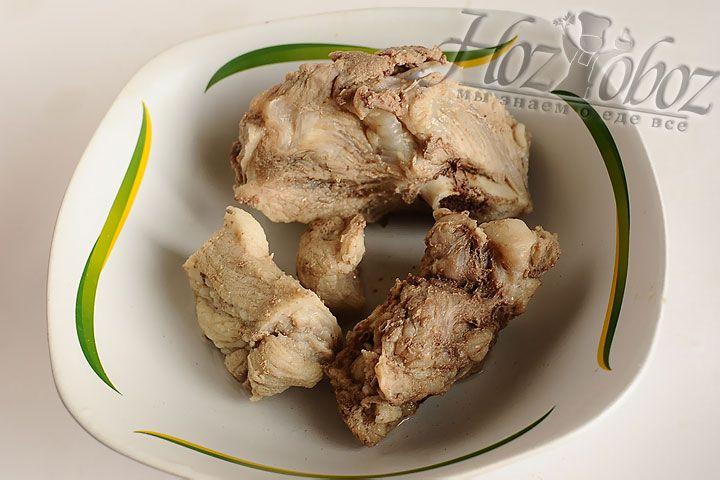 Отварное мясо достаем из бульона и разделяем на кусочки