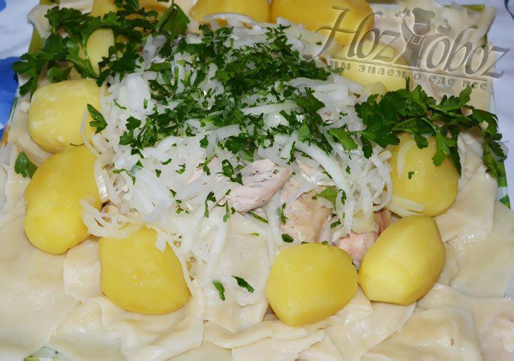 Теперь оформляем блюдо. Выкладываем лапшу вокруг курицы, сверху располагаем картофель, посыпаем все маринованный луком и рубленной зеленью петрушки