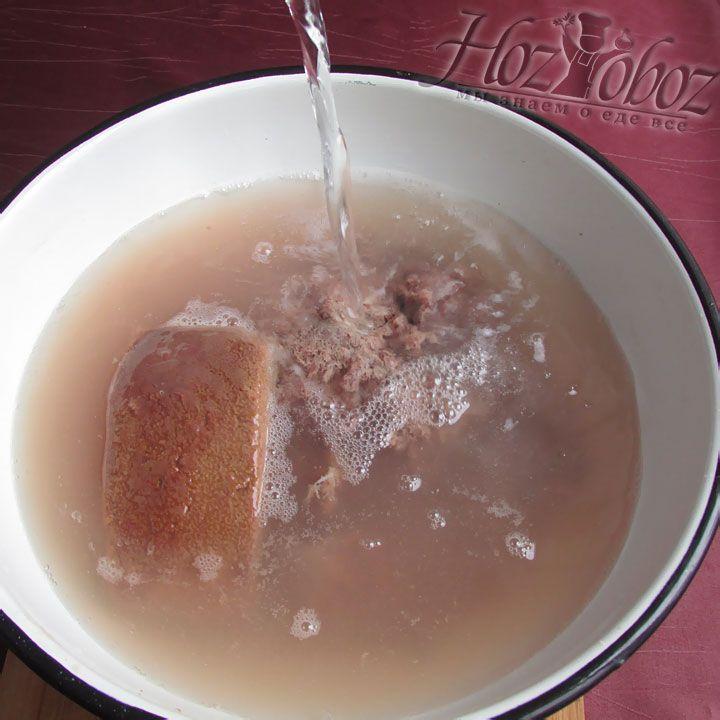 Теперь печенку необходимо залить газированной водой